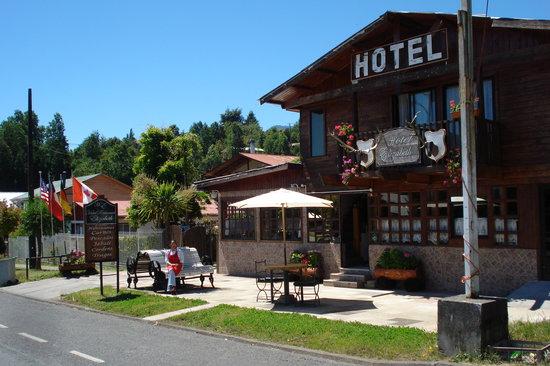 Coñaripe, Chile: fachada hotel y restaurant
