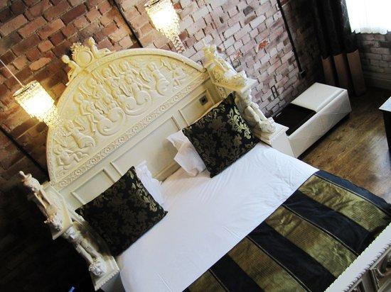 Velvet Hotel: HUGE bed
