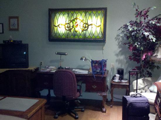 Jefferson Street Bed & Breakfast : Nice desk & wall lamp!