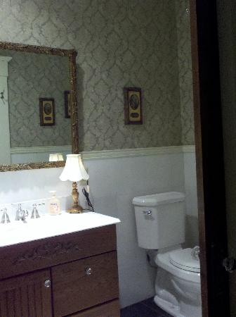 Jefferson Street Bed & Breakfast : Part of the bathroom