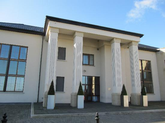 Ballykisteen Hotel and Golf Resort: Front of the Hotel