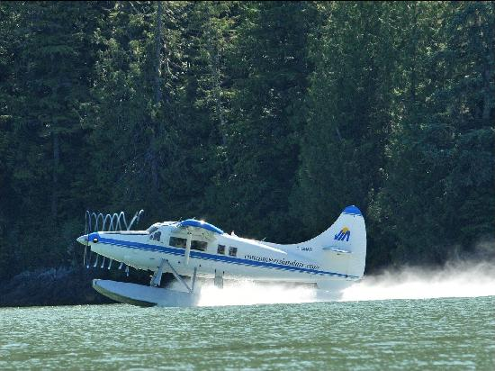 floatplane departing Knight Inlet Lodge