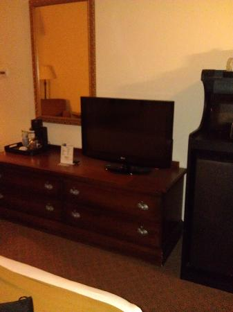 Holiday Inn Express Rochelle : Dresser and TV