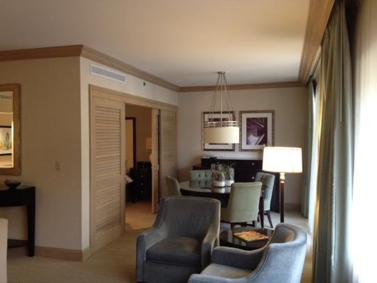 The Canyon Suites At The Phoenician: sitting room