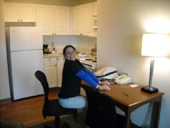 Extended Stay America - Orlando - Convention Ctr - 6443 Westwood: Cocina completa y escritorio/mesa para comer