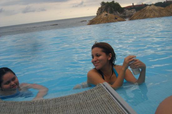 Dreams Huatulco Resort & Spa: Disfrutando de la alberca y una rica bebida