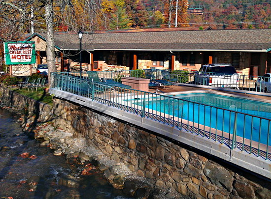 Marshall's Creek Rest Motel: Creek runs right beside the pool and motel