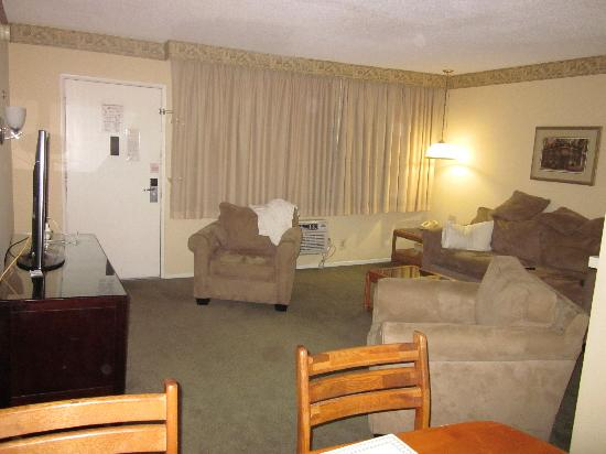 Hollywood Orchid Suites: Room 303