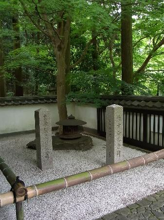 Gyokudo Art Museum : 入口付近に、開館当時に現在の天皇陛下、皇后陛下が行幸されたこと記念した記念碑です。