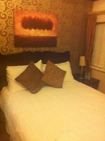 The Huntsman of Brockenhurst: white crisp clean bedding