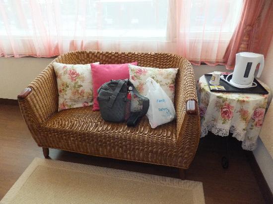 Hualien Sunrise Hostel: nice ambiance sofa