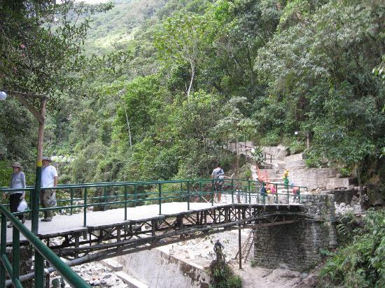 Hot Springs (Aguas Calientes): Cruzando el riachuelo