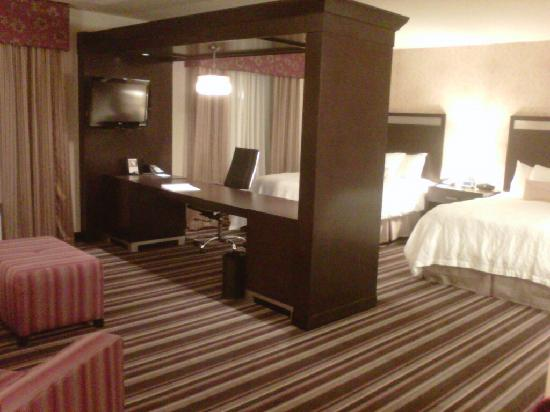 Hampton Inn & Suites Seattle/Federal Way: Room with sitting area and divider desk with TV