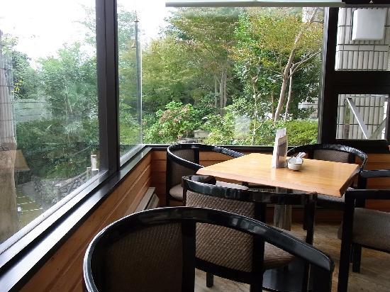 Ome Municipal Museum of Art: 喫茶室内の一角です。見晴らしが良い席です。