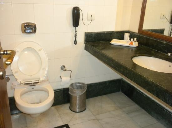 Golden Tulip Amritsar: A view of the bathroom