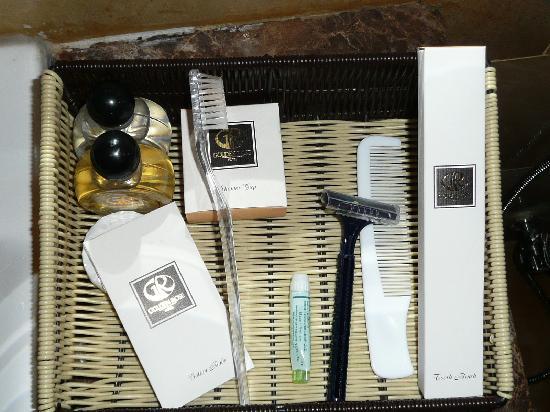 Golden Rose Hotel: アメニティー.歯ブラシと剃刀の質は悪い.シャンプーも同様