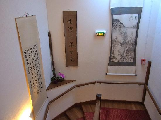 Villa Kerasy Hotel Spa : 階段の掛け軸