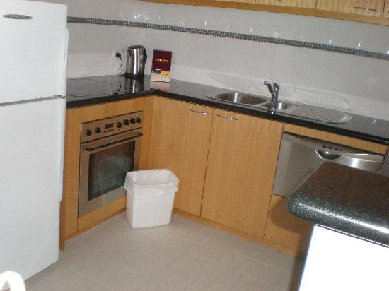 Mounts Bay Waters Apartment Hotel: kitchen