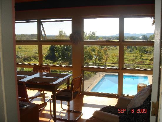 Hadley Meadow Bed and Breakfast: Enjoy breakfast on the 3-season porch