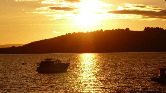 Riverstone Backpackers : And sunset on Lake Taupo...