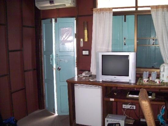 Buri Gallery House: TV. Door. Deluxe corner room.