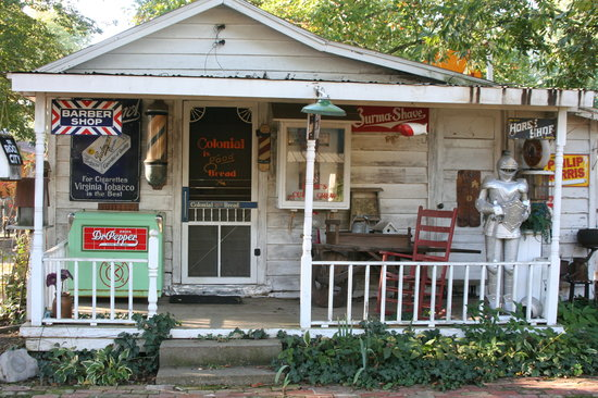 Pecan Grove Bed and Breakfast: An old store in the Backyard town