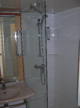 Ibis Lyon Gare La Part Dieu : La salle de bains