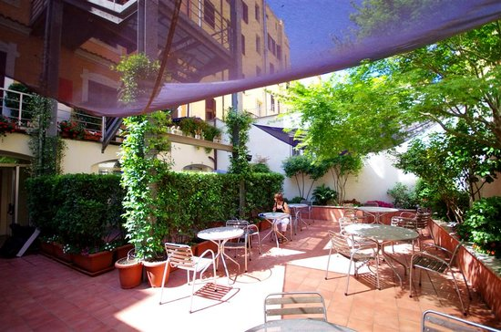 Hotel Franklin Feel The Sound : Hotel courtyard out back to sit and enjoy breakfast