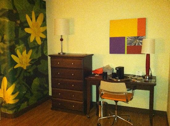 Hotel Indigo Chicago - Vernon Hills : Desk/ work area