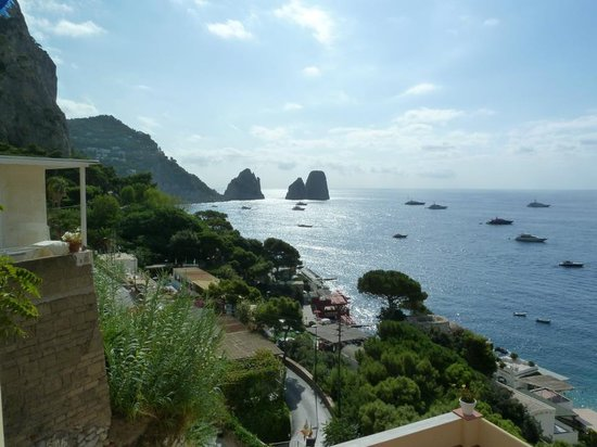 Hotel Weber Ambassador Capri: View from side of bedroom