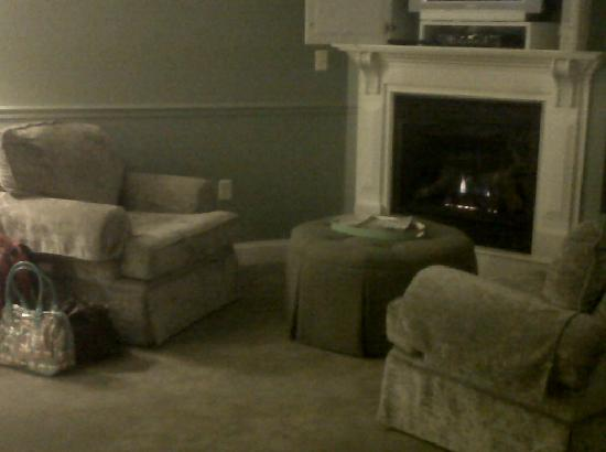 Lake Opechee Inn and Spa: Warm fireplace, chairs & ottoman.