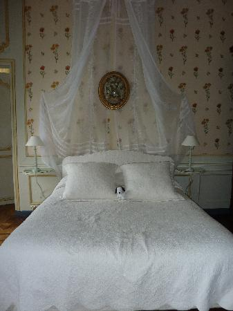 Chateau de Bouceel: The bed