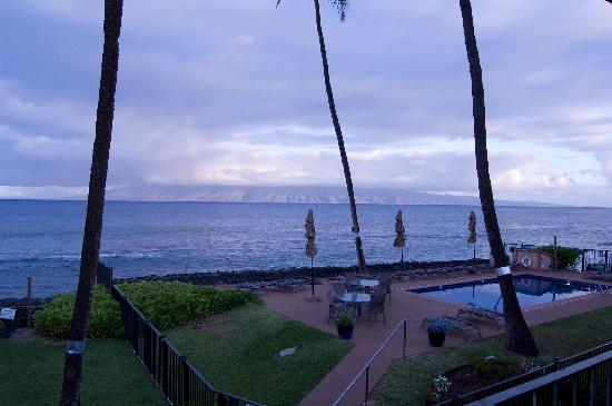 Hale Kai Oceanfront Condominiums: View of the pool area at sunrise. Pool was cleaned every morning.