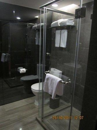 Q-City Hotel: toilet