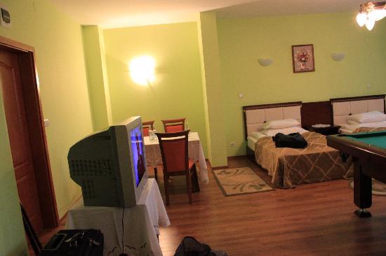 Hotel Bona: Table, TV, beds