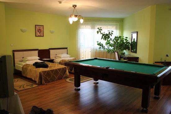 Hotel Bona: Beds and pool table; door to balcony