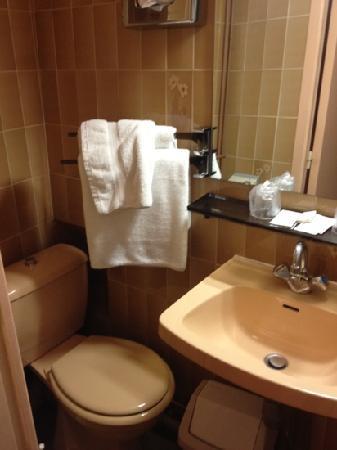 Hôtel Médéric : salle de bain chambre 210