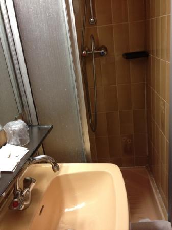 Hôtel Médéric : douche chambre 210
