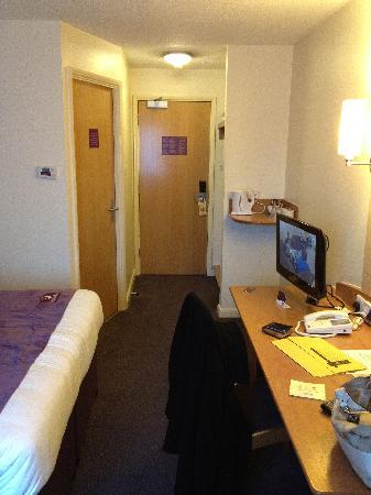 Premier Inn London Greenford Hotel: Towards the door