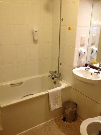Premier Inn London Greenford Hotel: The Bathroom