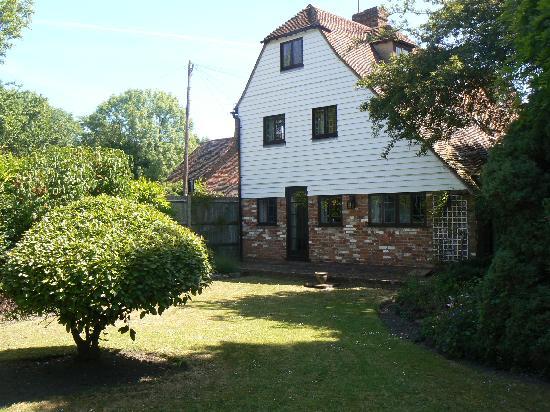 Tudor Cottage Bed and Breakfast : Garden