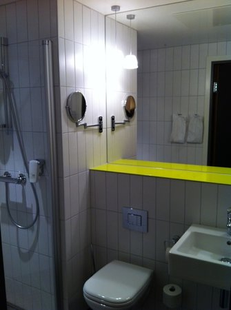Quality Hotel Waterfront Alesund: Clean and modern bathroom