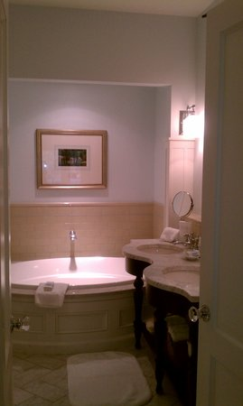 Omni Bedford Springs Resort: bathroom
