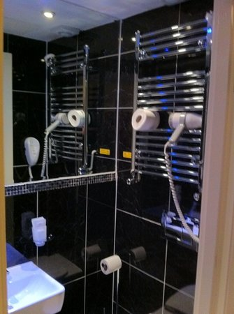 MStay Russell Court Hotel: no storage space in the shower room either
