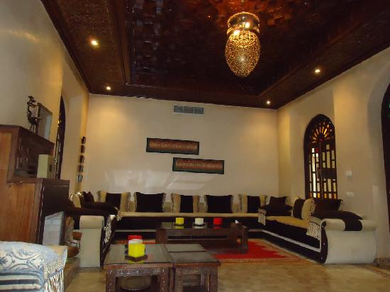Al Fassia Aguedal: Il riad: uno dei due salotti, oltre alla biblioteca, comune (l'altro salotto è in stile inglese)