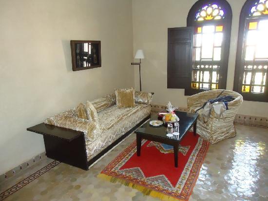 Al Fassia Aguedal: La suite: il salottino della camera da letto (incluso un cesto di frutta e bottiglia di acqua di