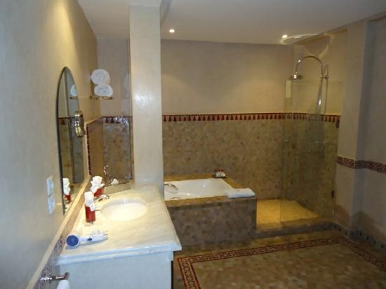 Bagni Con Doccia Foto : La suite: il bagno con doccia e vasca foto di al fassia aguedal