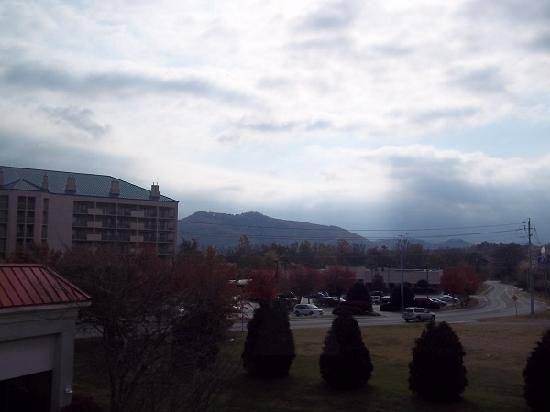Holiday Inn Express Pigeon Forge/Dollywood: Morning view of the mountains from our room.