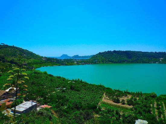 Il lago averno vicino pozzuoli foto di pozzuoli for Lago vicino milano