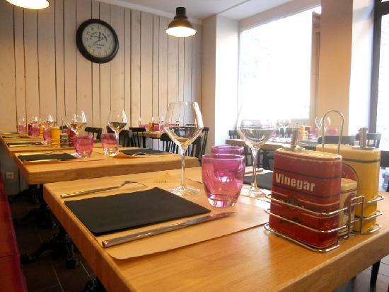 Bistrit : salle vue d'une table